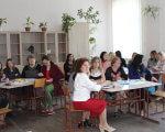 У Нововолинську обговорили шляхи розвитку інклюзивної освіти в місті (ФОТО). нововолинськ, особливими освітніми потребами, тренинг, інклюзивна освіта, інклюзія, floor, furniture, person, chair, table, clothing, indoor, woman, people, family. A group of people sitting at a table