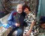65 років без ніг – це життєвий подвиг. ампутация, ветеран, нещасний випадок, протез, інвалідність, person, human face, smile, clothing, woman. A man and a woman sitting on a couch