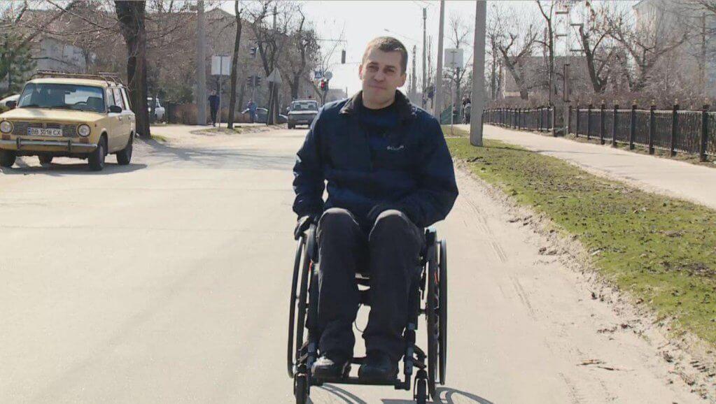 Подолати бар'єр: Як переселенець у Сєвєродонецьку допомагає створювати привілеї людям з інвалідністю (ФОТО, ВІДЕО). микола надулічний, сєвєродонецьк, переселенец, проект, інвалідність, outdoor, person, road, man, wheel, riding, transport, wheelchair, land vehicle, vehicle. A man riding a bicycle on a road