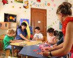 Як у Дрогобичі допомагають соціалізуватися молодим людям з особливими потребами (ВІДЕО). дрогобич, допомога, соціалізація, центр дозвілля дивовижні долоні, інвалідність, person, toddler, sitting, girl, clothing, indoor, child, human face, child art, boy. A group of people sitting at a table