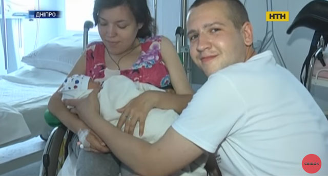 У Дніпрі жінка, яка пересувається на інвалідному візку, та зі складною хворобою народила сина (ВІДЕО)