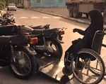 Представлен первый в мире мотоцикл для инвалидов (ВИДЕО). захара седихи, иран, инвалидная коляска, инвалидность, мотоцикл, wheel, land vehicle, outdoor, tire, vehicle, ground, motorcycle, bicycle, auto part, bike. A motorcycle parked on the side of a road