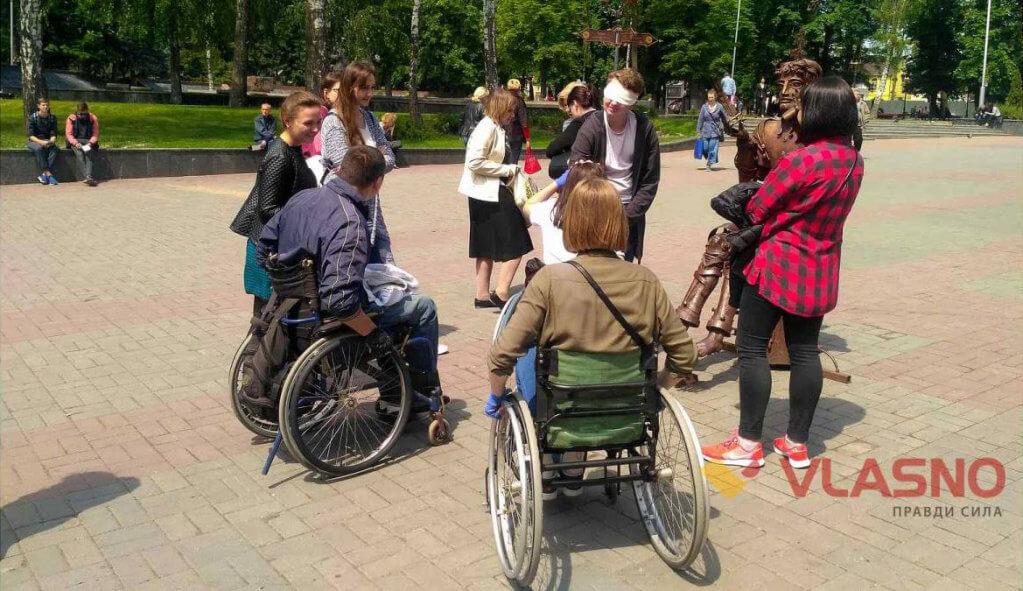 "У Вінниці пройшов соціальний експеримент ""Разом? Без обмежень? – Разом! Без обмежень!"". вінниця, незрячий, нечуючий, соціальний експеримент, інвалідність, outdoor, person, ground, tree, wheelchair, cart, clothing, bicycle. A group of people riding on the back of a bicycle"