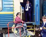 Обмежені можливості. Вражаючі факти про те, яких зусиль може коштувати всього одна подорож залізницею. залізниця, спецвагон, транспорт, інвалідний візок, інвалідність, person, outdoor, wheel, land vehicle, bicycle, clothing, vehicle, bicycle wheel, train, wheelchair. A person standing in front of a train