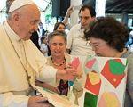 Несподіваний візит Папи до фундації, що опікується особами з інвалідністю. папа франциск, автономність, візит, проект, інвалідність, person, human face, clothing, smile, man, woman, people, glasses. A group of people standing around a table