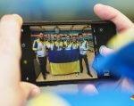 Дефлімпійська збірна команда з боулінгу повернулась з чемпіонату Європи з боулінгу з 15 медалями. боулінг, дефлімпійська збірна, порушення слуху, спортсмен, чемпіонат, person, indoor, screenshot, hand, mobile phone, clothing. A hand holding a blue object