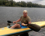 Боєць, що втратив ногу на війні, пройшов по Дністру на гумовому човні. дністер, сергій пандрак, мандрівка, поранення, протез, water, sky, outdoor, boat, watercraft, paddle, canoe, man, person, lake. A man with a small boat in a body of water