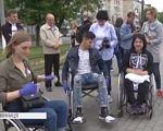 """""""Без сторонньої допомоги ніяк"""": студенти перевірили Вінницю на доступність для людей з інвалідністю (ВІДЕО). вінниця, доступність, експеримент, студент, інвалідність, person, clothing, footwear, outdoor, man, jeans, transport, woman, wheelchair. A group of people around each other"""