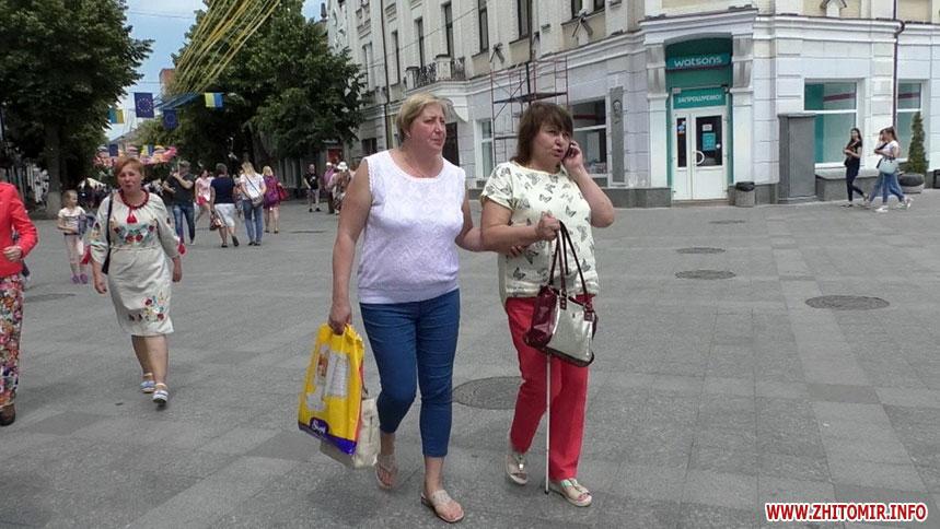 «Світ на дотик» у Житомирі: заступники мера навпомацки пройшлися містом із незрячими інструкторами (ФОТО, ВІДЕО). житомир, доступність, квест, незрячий, супроводжуючий, outdoor, road, person, clothing, jeans, street, woman, footwear, trousers, shorts. A person walking down a street