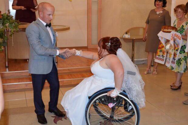 В Запорожской области вышла замуж чемпионка мира на инвалидной коляске РАИСА ТОПОРКОВА МАСТЕР СПОРТА ПАУЭРЛИФТИНГ СВАДЬБА ЧЕМПИОНКА