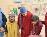 Душа не может быть больной. Как работает созданный по швейцарскому образцу украинский Центр лечебной педагогики. киев, центр лечебной педагогики, инклюзия, расстройство развития, терапія, person, human face, clothing, child, smile. A group of people standing next to a child
