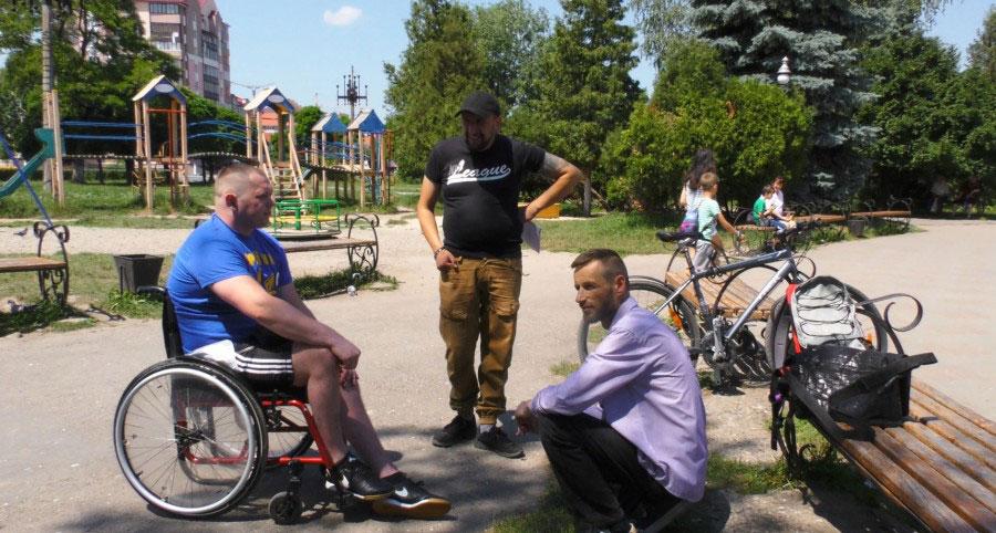 Учасник АТО Олег Івахнюк розповів, як пересувається Калушем у візку (ВІДЕО)