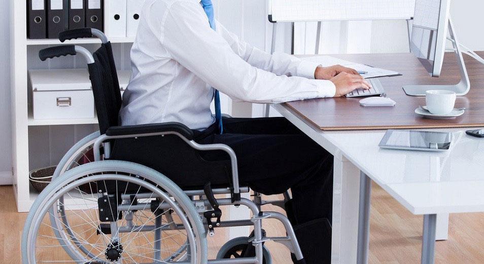 Українські роботодавці розповіли, чому в них працює так мало людей з інвалідністю. опитування, працевлаштування, роботодавець, інвалідність, інклюзія, person, indoor, wheelchair, furniture. A person sitting in a chair