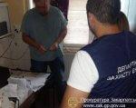 В Мукачеві затримано завідуючого травматологічним кабінетом районної лікарні, який вимагав 400 дол США (ФОТО). мсек, мукачево, кримінальне правопорушення, неправомірна вигода, інвалідність, person, indoor, clothing, wall, man, human face. A man standing in a room