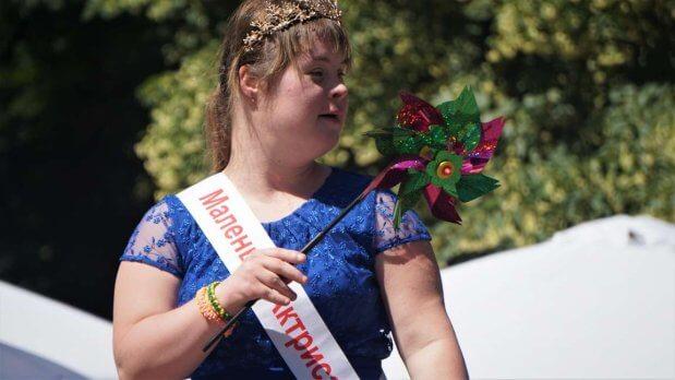 Пісні, танці й поліцейська машина: в Києві влаштували фестиваль для дітей із інвалідністю. київ, спілкування, фестиваль, інвалідність, інклюзивність