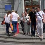 Світлина. «Світ на дотик» у Житомирі: заступники мера навпомацки пройшлися містом із незрячими інструкторами. Безбар'ерність, доступність, незрячий, Житомир, квест, супроводжуючий