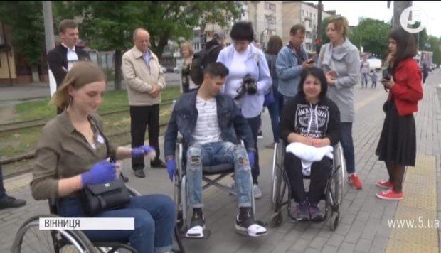 """""""Без сторонньої допомоги ніяк"""": студенти перевірили Вінницю на доступність для людей з інвалідністю (ВІДЕО) ВІННИЦЯ ДОСТУПНІСТЬ ЕКСПЕРИМЕНТ СТУДЕНТ ІНВАЛІДНІСТЬ"""