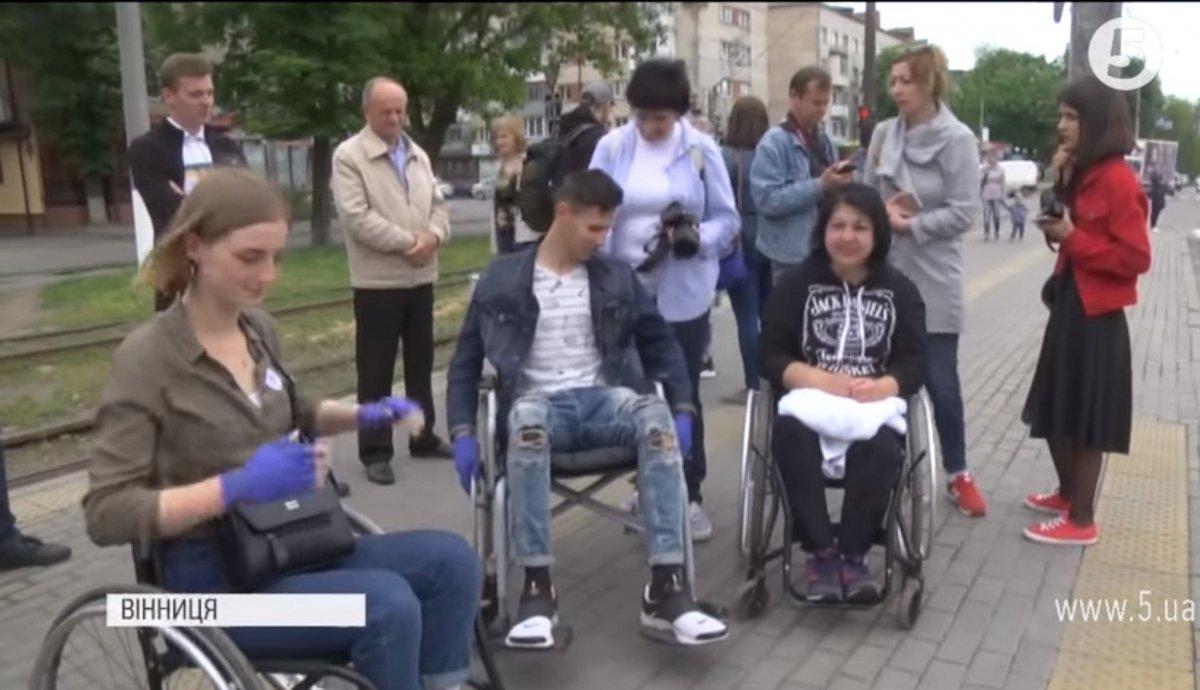 """""""Без сторонньої допомоги ніяк"""": студенти перевірили Вінницю на доступність для людей з інвалідністю (ВІДЕО)"""