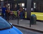 Це повинно бути нормою: мережу розбурхало відео з водієм трамваю у Львові. львів, водій, допомога, трамвай, інвалід, land vehicle, vehicle, wheel, transport, bus, car, blue, curb. A person sitting on a bus