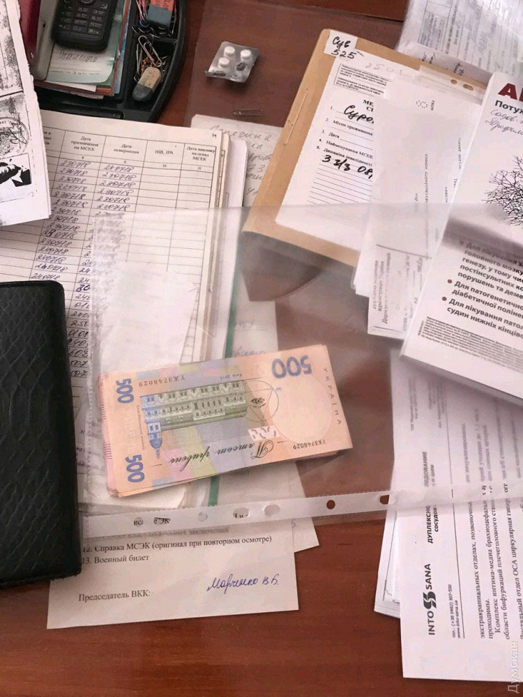 В Одессе сотрудники СБУ задержали врачей, вымогавших взятки у инвалидов (ФОТО). мсэ, одесса, взятка, врач, инвалидность, handwriting, book, letter, newspaper, paper, design. A stack of flyers on a table