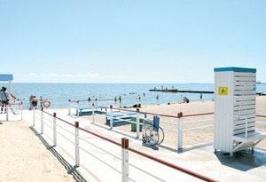 Мариупольский пляж для людей с инвалидностью «облюбовали» иногородние. мариуполь, автобус, инвалидность, море, пляж, sky, beach, outdoor, water, ocean, boat, pier, deck, shore. A group of people on a beach
