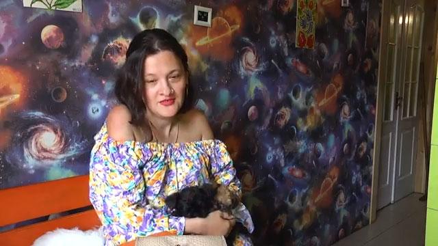 Сильна духом: Олеся Ігошина (ВІДЕО). олеся ігошина, перелом хребта, реабілітація, танець, інвалідність, human face, person, clothing, painting, indoor, woman, smile, girl, colorful. A girl posing for a picture