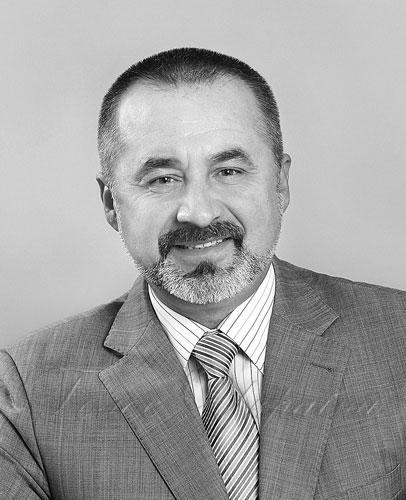 Хмельницький інститут соціальних технологій Університету «Україна» – провідний заклад інклюзивної вищої освіти на Поділлі. хіст, доступ, інвалідність, інклюзивна освіта, інклюзія, man, person, suit, human face, wearing, wall, tie, clothing, portrait, posing. A man wearing a suit and tie