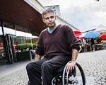 Расмус Ісакссон: «Після #MeToo шведи дізналися, що люди з інвалідністю теж стають мішенню насильства». расмус ісакссон, швеція, дискусія, суспільство, інвалідність, person, outdoor, man, clothing, bicycle, wheel. Rasmus Isaksson riding on the back of a bicycle
