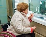 Открытый доступ. Как бизнес может улучшить качество жизни людей с инвалидностью. доступность, инвалидность, инклюзия, нарушения зрения, пандус, person, indoor, clothing. A person standing in front of a computer