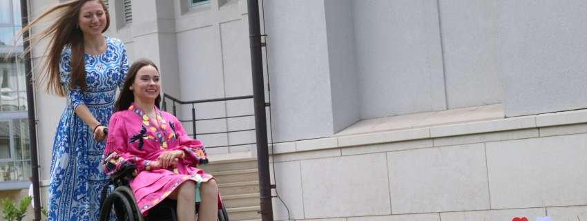 Поділилися незламністю: у Львові люди з інвалідністю розповіли, як досягнути вершин (ФОТО). львів, акція день відкритих сердець, успішний, інвалідний візок, інвалідність, person, clothing, flower. A woman riding on the back of a motorcycle