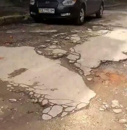 Як людям з інвалідністю долати цей шлях? – чернівчанка скаржиться на жахливий стан дороги у центрі міста (ВІДЕО)