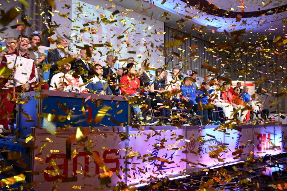 Українські пара-фехтувальники повернулись додому з 10 медалями етапу кубку світу. кубок світу, команда, паралимпиец, спортсмен, фехтування, person, window, crowd. A large crowd of people