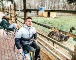 Медичний туризм на Львівщині. львівщина, оздоровлення, путівка, санаторно-курортне лікування, інвалідність, outdoor, person, ground, clothing, park, smile, bicycle. A woman sitting on a bench next to a fence