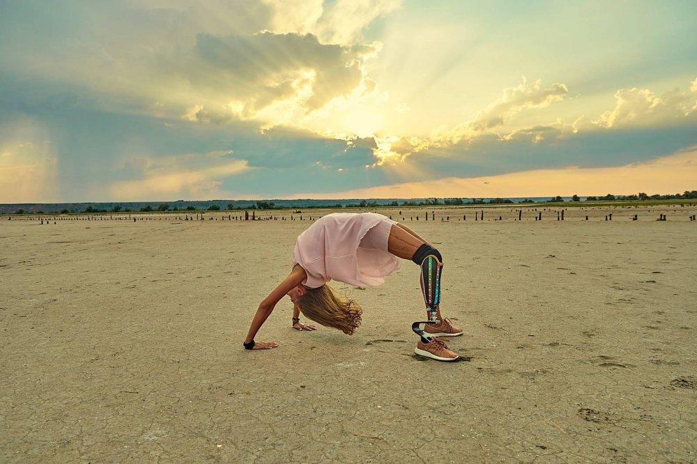 Дівчина з інвалідністю тренує і мотивує здорових українців (ФОТО, ВІДЕО). тетяна воротіліна, аварія, протез, тренер, інвалідність, outdoor, sky, ground, beach, man, person, clothing, shore, cloud, sand. A man throwing a frisbee on a sandy beach