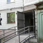 Світлина. Олександр Лисенко: Пандуси в будинках сприятимуть більшій мобільності сумчан із інвалідністю. Безбар'ерність, інвалідність, пандус, Суми, багатоповерхівка, мобільність