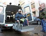 Социальное такси в Мелитополе делает первые шаги. мелітополь, инвалидность, поездка, проект, социальное такси, person, land vehicle, vehicle, outdoor, wheel, auto part. A man riding on the back of a truck