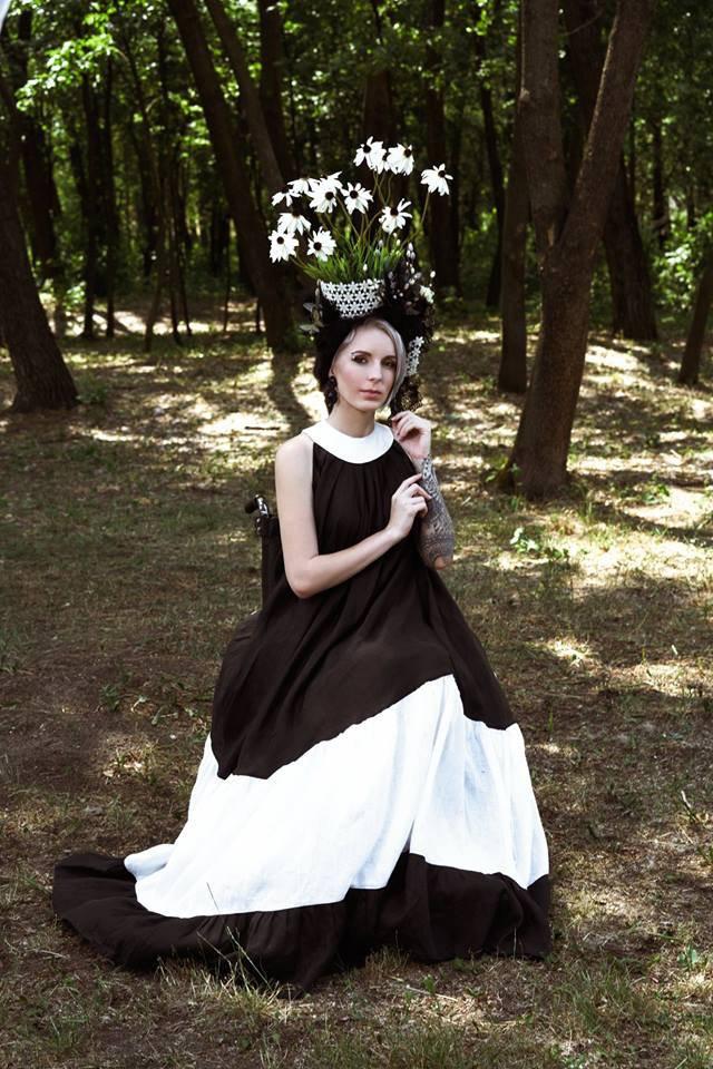"""""""Схожа на мольфарку"""": Госпітальєрка Зінкевич поділилася знімками у незвичному образі (ФОТО). дтп, яна зінкевич, світлини, інвалідний візок, інвалідність, tree, outdoor, grass, dress, person, clothing, woman, smile, human face, girl. A person standing in front of a forest"""