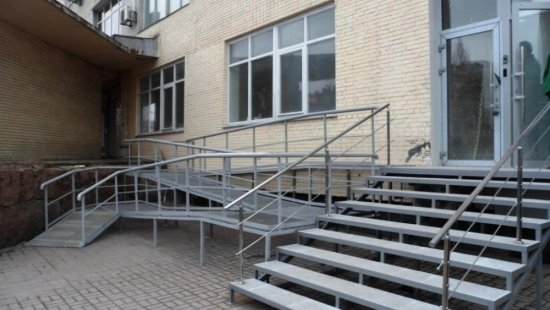 Спробуй потрапити: в Харкові будівлі відділів поліції та прокуратури перевірили люди з інвалідністю