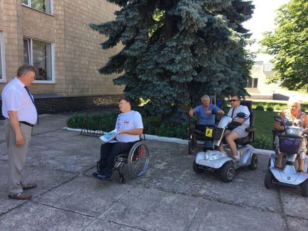 Шосткинские колясочники провели акцию протеста возле мэрии. шостка, доступность, инвалидность, пандус, протест