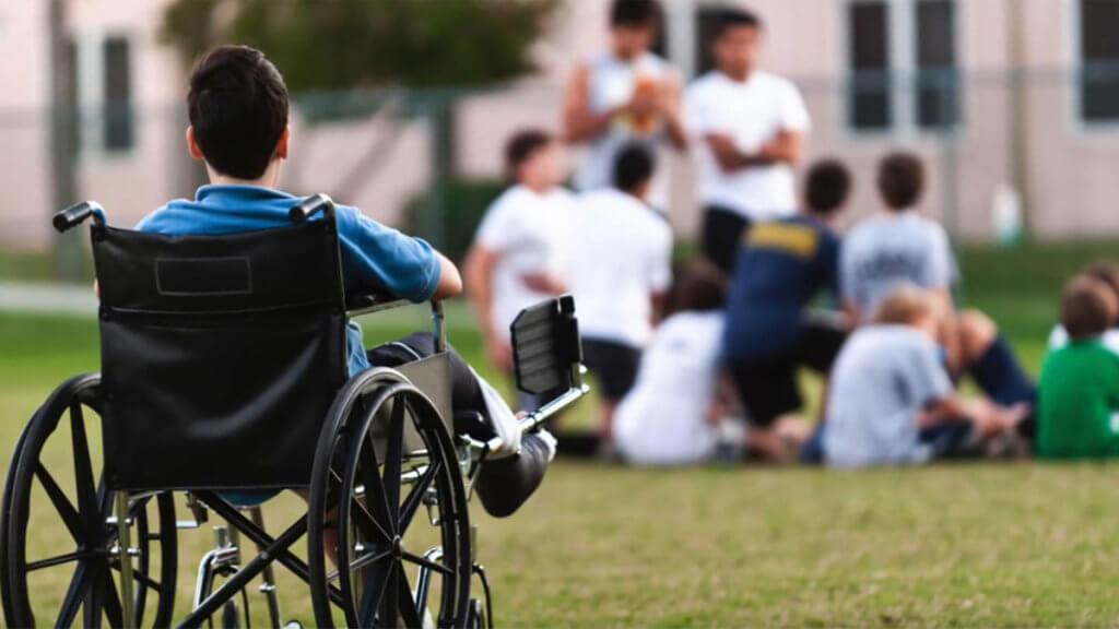 Встретить человека с инвалидностью превратилось в такую редкость, что может сложиться впечатление, что у нас тут нация здоровых людей. инвалидная коляска, инвалидность, общество, пандус, редкость, grass, person, outdoor, wheelchair. A person that is standing in the grass