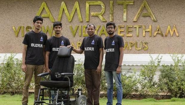 В Індії студенти-інженери розробили самокерований інвалідний візок. self-e, індія, автопілот, студент, інвалідний візок, grass, outdoor, clothing, person, smile, man, standing, bicycle, group, jeans. A group of people posing for a picture