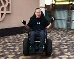 Українські спеціалісти розробили унікальний гіроскутер, який дозволяє рухатися без допомоги рук та ніг (ВІДЕО). олег іваненко, гіроскутер, презентація, розробка, інженер, ground, wheel, tire, land vehicle, person. A person standing in front of a building