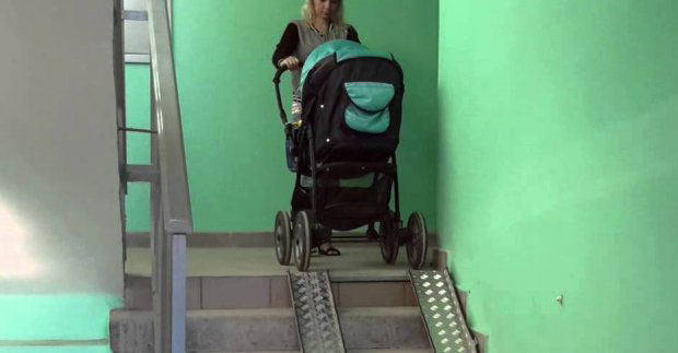 У житлових будинках встановлять 185 з'їздів для колясок. харків, будинок, з'їзд, пандус, інвалідність, wall, indoor, chair, wheelchair, green, furniture, luggage and bags. A person in a green room