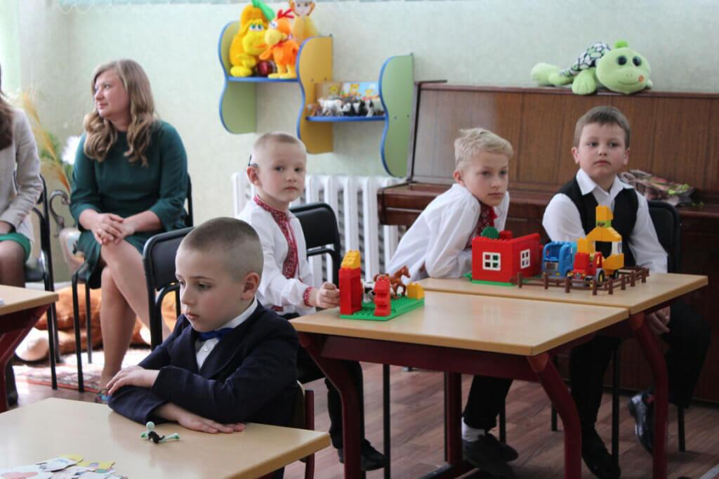 На Кіровоградщині готуються до відкриття 20 дитячих інклюзивно-ресурсних центрів. ірц, кіровоградщина, медіатека, ресурсна кімната, інклюзія, table, person, sitting, indoor, toddler, child, baby, boy, furniture, people. A group of people sitting at a table