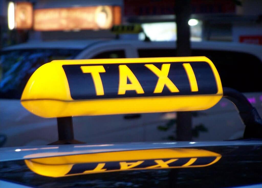 У Черкасах студентам-візочникам виділятимуть кошти на проїзд у таксі. внз, черкаси, грошова допомога, студент-візочник, таксі, yellow, transport, vehicle, aircraft, auto racing, car. A close up of a yellow car