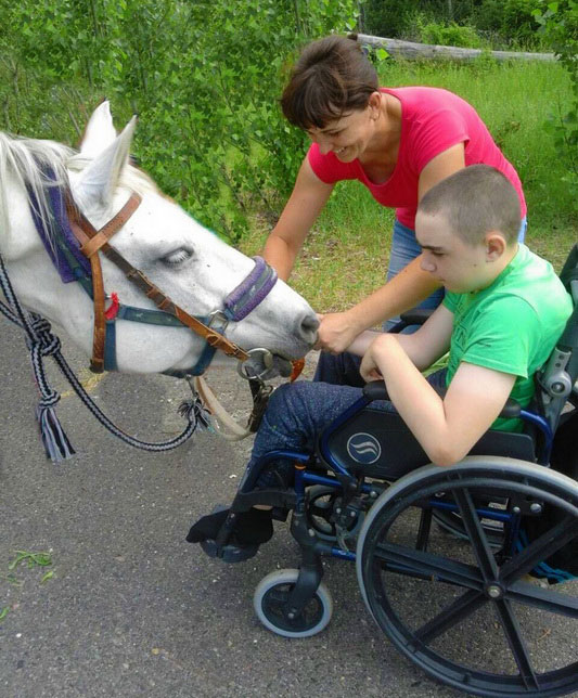 Традиційно для дітей з інвалідністю проводяться заняття з іпотерапії. полтава, заняття, лікування, інвалідність, іпотерапія