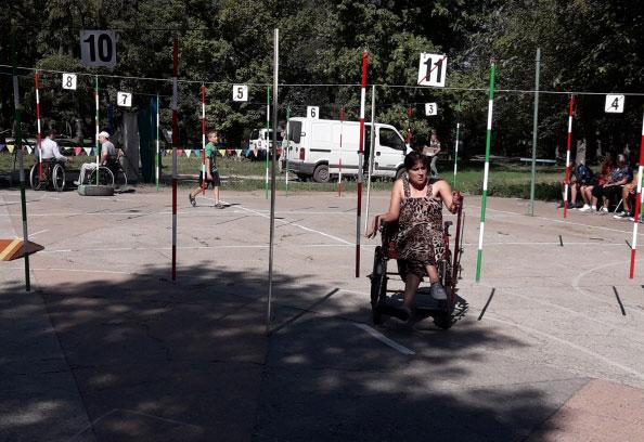 Люди із обмеженими можливостями стріляли із лука, метали ножі та фігурно водили візки. павлоград, візочник, змагання, спілкування, інвалідний візок