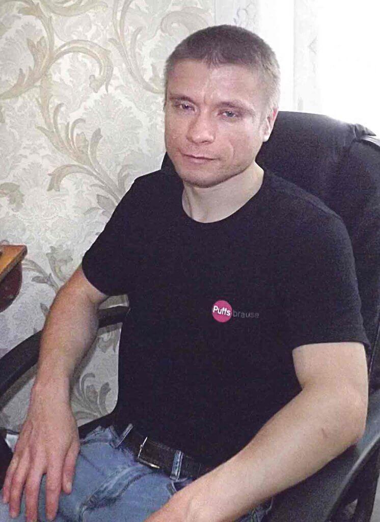 Хто хоче, той доб'ється — життєве кредо Дмитра Балуєва. дцп, дмитро балуєв, діагноз, милиці, інвалідність, person, man, clothing, indoor, human face. A man sitting in front of a laptop