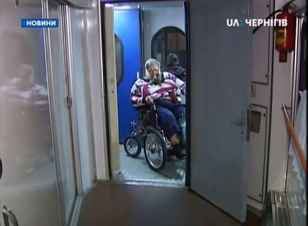 Люди з інвалідністю вимушені їздити у плацкартних вагонах через те, що спеціальних замало (ВІДЕО)