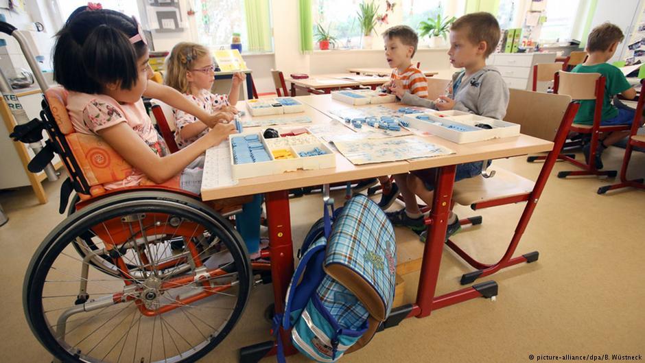 """Бачити серцем"": як мати дитини з інвалідністю змінює суспільство (ВІДЕО). #localheroes, го бачити серцем, олеся яскевич, суспільство, інвалідність, person, child, indoor, floor, table, boy, young, little, classroom, furniture. A group of young children sitting around a table"